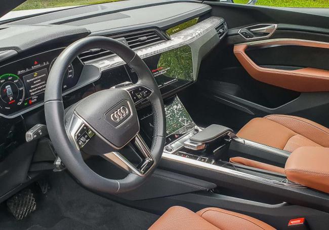 Прокат электротомобиял Audi e tron в Москве